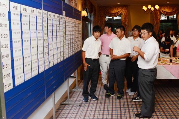 抽選会-写真その3。チーム代表者がくじ引きし、会場は大盛り上がり。抽選結果を写メに写す選手たち。