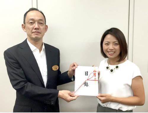 熊本地震の義援金を手渡した女子ゴルフの一ノ瀬優希