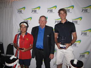 ジャックニュートン氏(中央)と男女総合で優勝したV・オランキックンチャイ(タイ=写真左)とJ・アームストロング(豪)