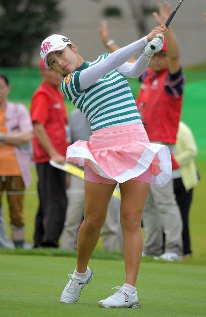 ピンクのスカートをなびかせて10番ティーショットするイ・ボミ