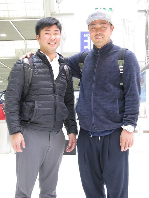 ユーラシアカップへと8日、成田空港から出発した谷原秀人(右)と斉田顕経トレーナー