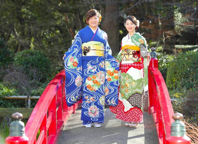 あでやかな振り袖姿を披露する成田(左)と菊地(カメラ・関口 俊明)