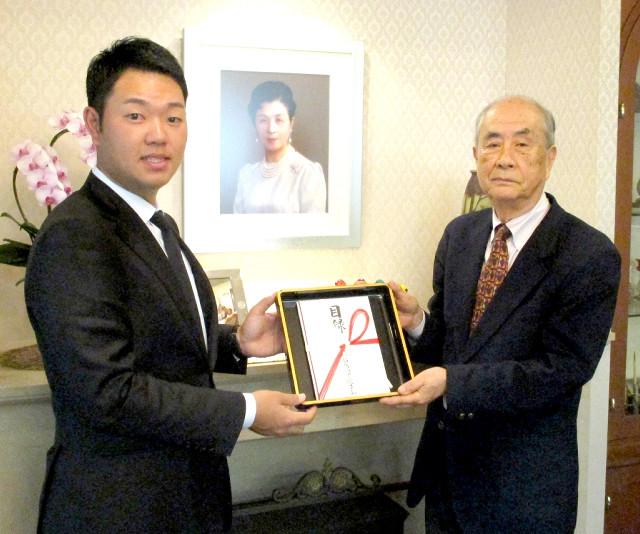 公益財団法人・高松宮妃癌研究基金にチャリティー金を寄贈した選手会副会長の薗田峻輔(左)