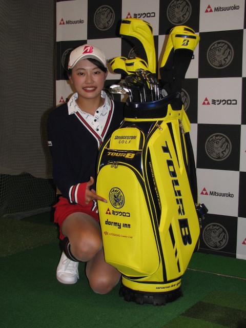 都内でミツウロコグループホールディングスとの所属契約を発表した女子プロゴルフの川崎志穂