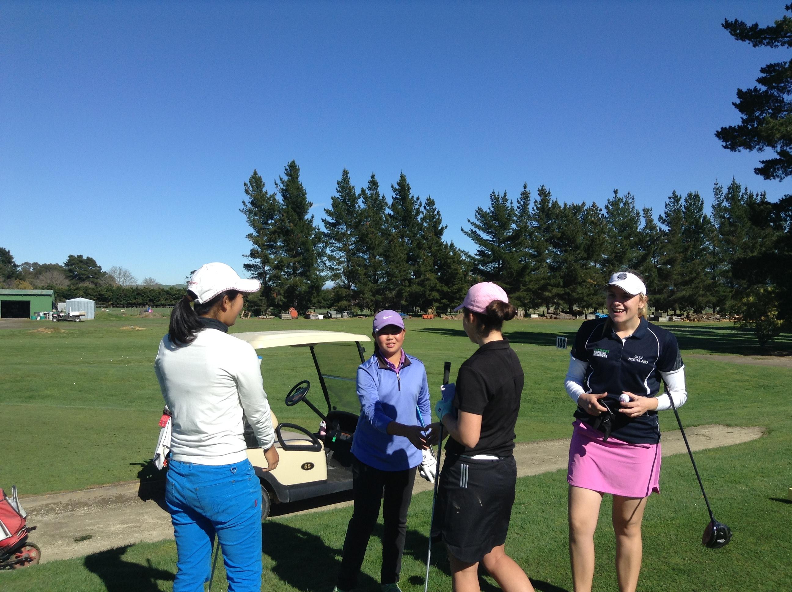 トーナメント前日のプラクティスラウンド。にこやかに自己紹介して握手して、さぁ、いよいよニュージーランドでのゴルフがスタートします。