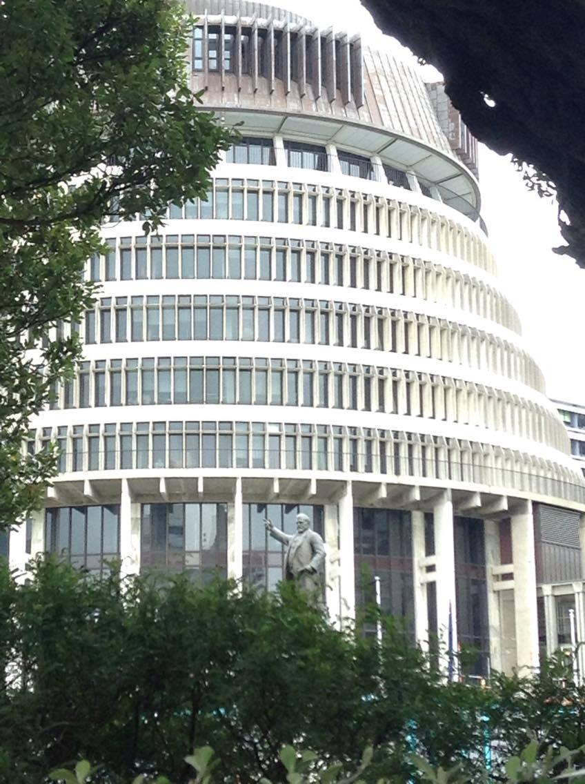 帰りはフライトまで時間があったので、ウェリントンの町を少し観光。これは、ニュージーランドの国会議事堂、通称ビーハイブ(蜂の巣)。