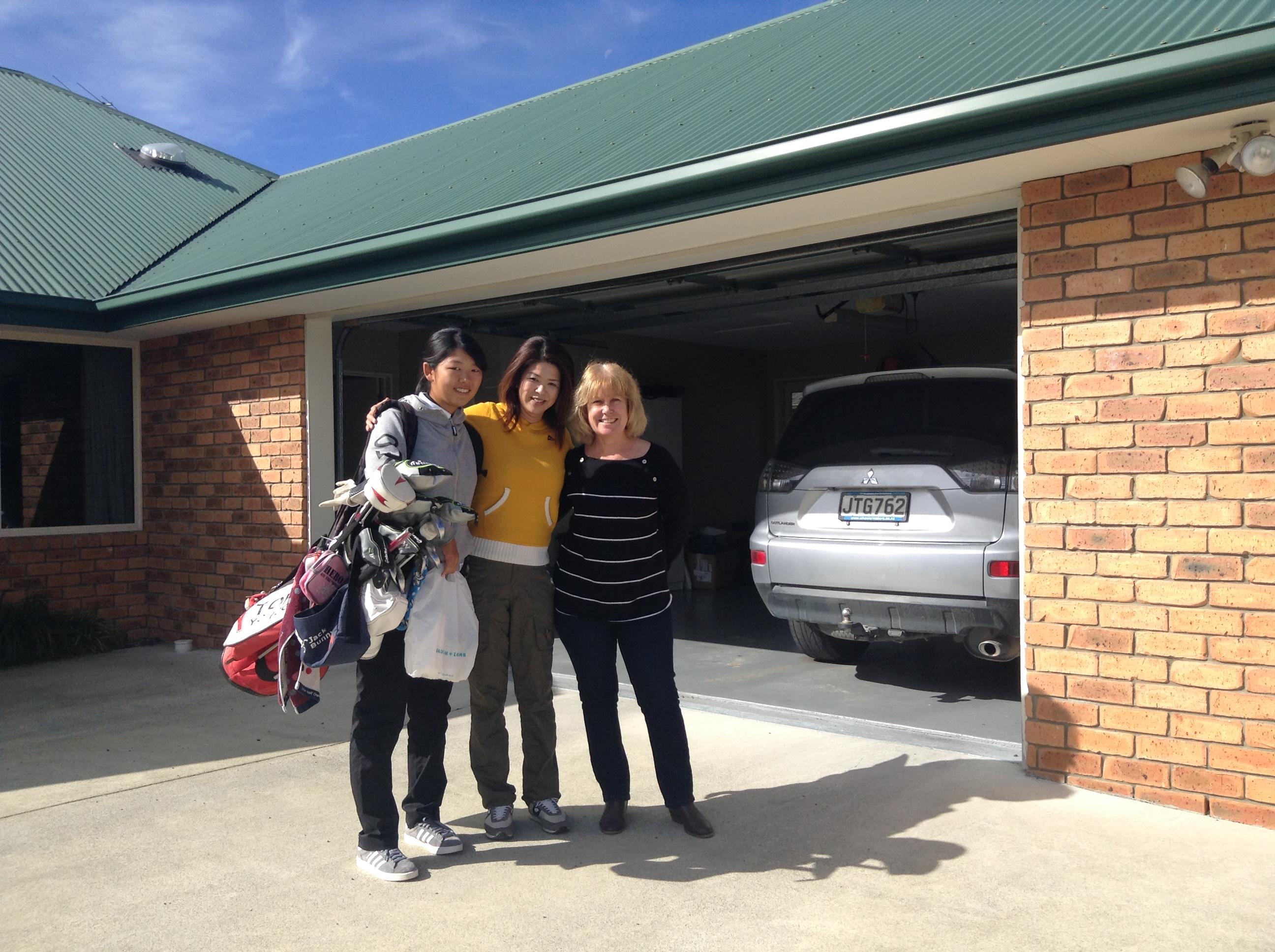 ホームステイにチェックインの日から早速練習開始。その前に、日本のママとニュージーランドのホストマムと3人で記念撮影。