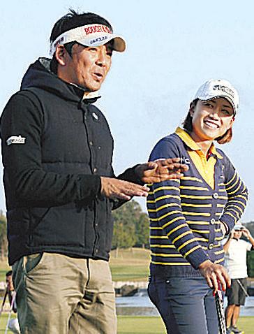 実力と人気を兼ね備える原江里菜を指導する森コーチ。プロにはプロ、アマにはアマに適したレッスンは定評がある