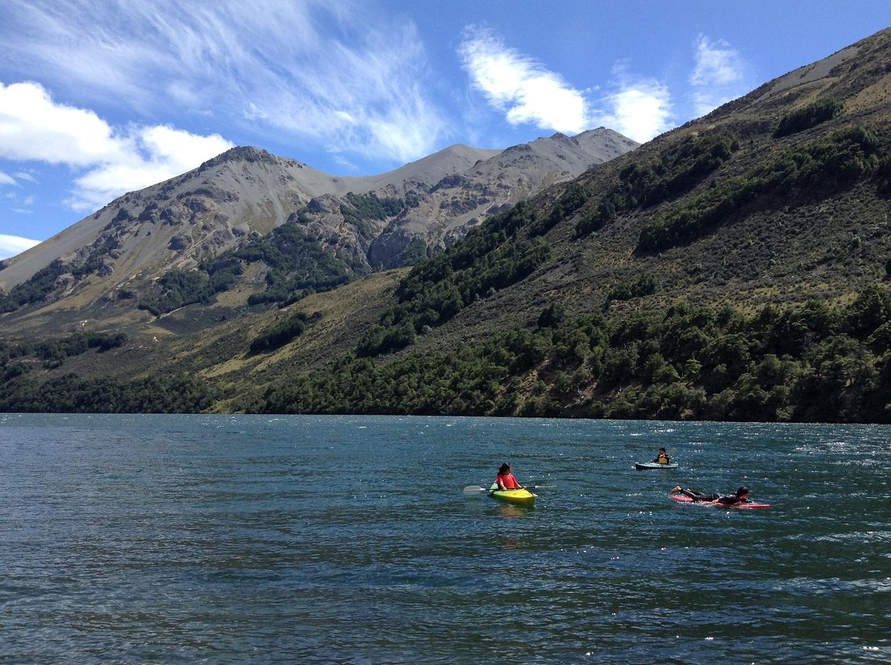 夏のニュージーランドに来たら、是非挑戦して欲しいのがカヤッキング。まるで風景画の中を漕いでいるような錯覚を味わえます。