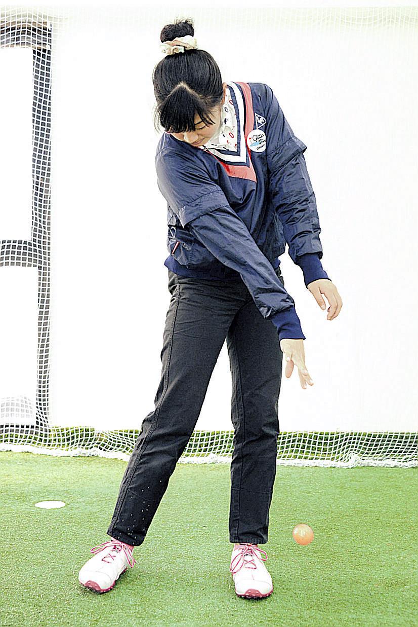 「プロネーションドリル」で、右手のボールをインパクトで地面にぶつける生徒。右腕の回内がよく分かる