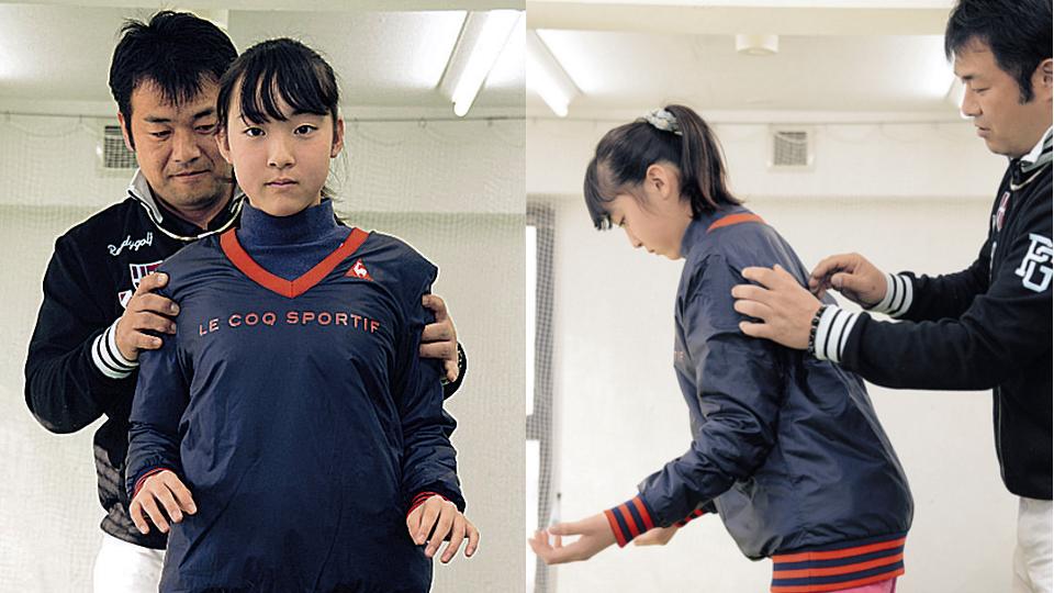 肩を後ろへ回すようにすると、「肩がはまる」(左)。はまったかどうかは、肩甲骨の下の筋肉が締まったかどうかで分かる(右)
