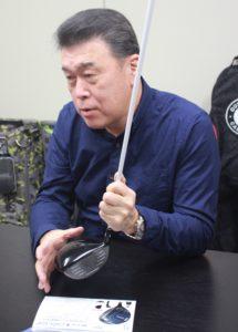 ヘッドの特徴を説明するロイヤルコレクションの小山社長