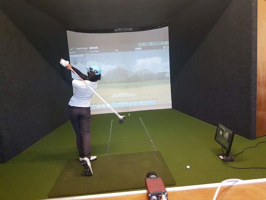 AGS(アドバンス ゴルフ スタジオ)にて。フライトスコープを使用して行われるスイング測定は、ゴルフキャンプ定番メニューのひとつ。