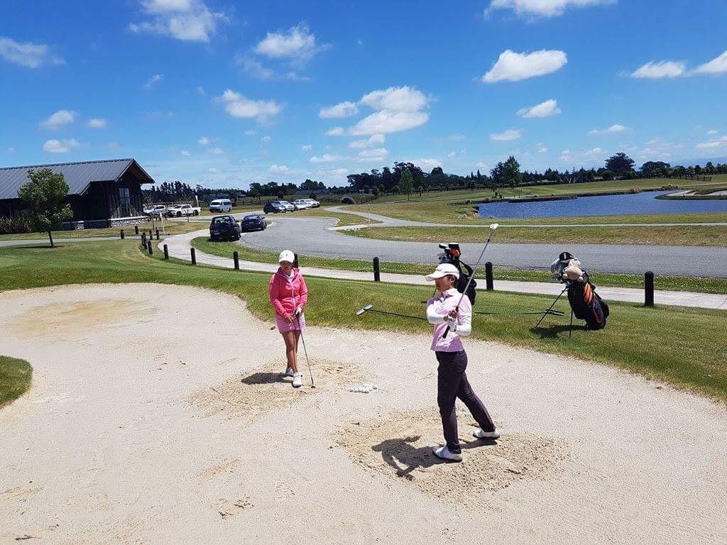 姉妹のように仲良く練習に励む2人。NZ女子オープンが開催されたこともあるペガサスGCは、プラクティス施設がとても充実しています。