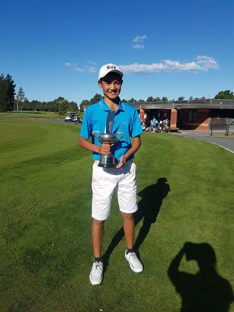 カンタベリーU19、16歳以下の部で優勝した一磨。ゴルフ歴5年、ハンデはスクラッチ。昨年のNZ全国大会ではU16で2位入賞。