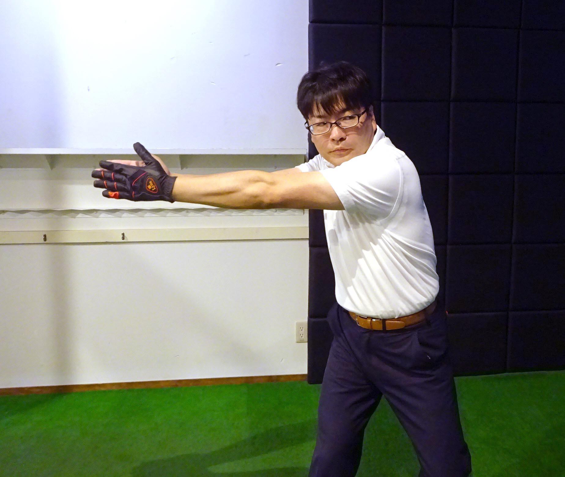 右手と左手がピッタリ合わさる位置まで左肩を回すことがポイント
