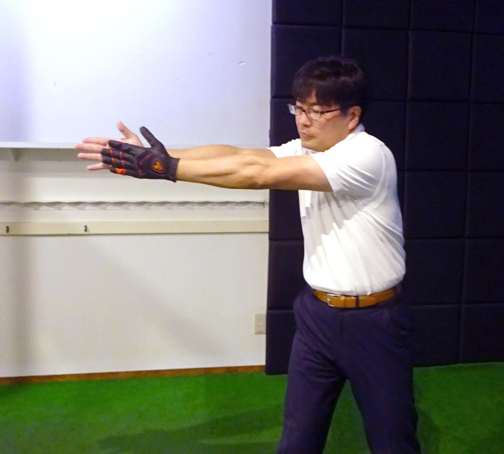 両腕を真っすぐ広げ、左手を右手のひらに合わせてみる。無意識にやると右手の指先が余った