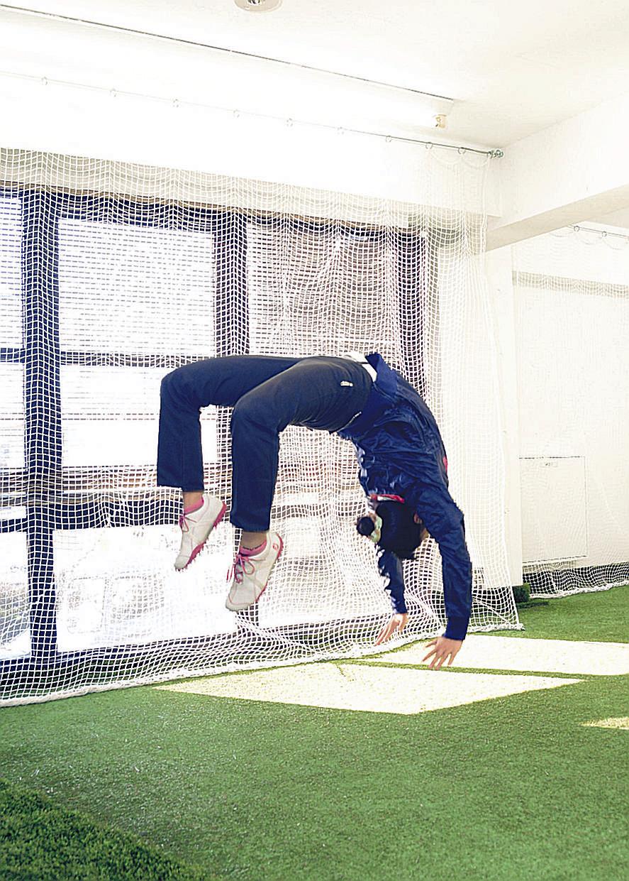 抜群の柔軟性とバランス感覚を見せる、元体操選手だった練習生