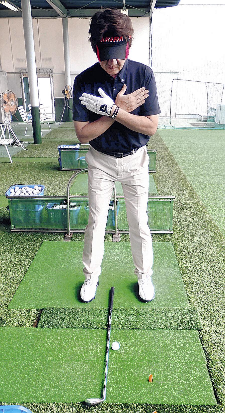 クラブを使うなど、真っすぐに立つ練習方法を教える北川プロ