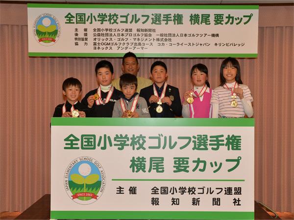 篠崎紀夫競技委員長(後ろ)と並び、笑 顔をみせる優勝者たち。(左から)小林麟太郎くん、羽部大輝くん、根本悠誠くん、隅内雅人くん、大郷光瑠さん、馬場咲希さん