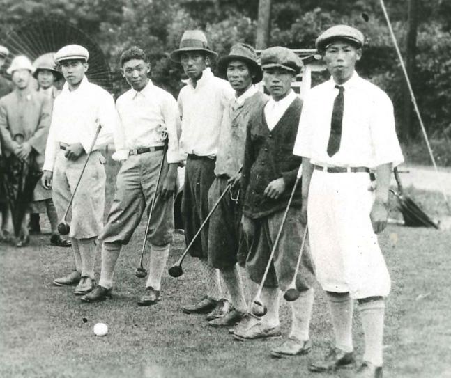 1926年7月、日本プロ第1回大会のスタート前の6選手。右から越道政吉、安田幸吉、福井覚治、村上伝二、関一雄、宮本留吉