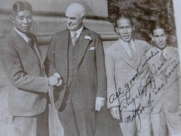 サンフランシスコ市長をかこんで(左から)浅見、宮本、安田