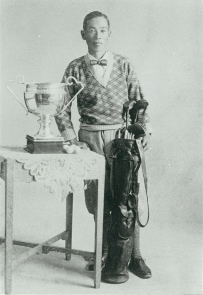 日本のプロ第1号の福井覚治。1920年、兵庫・舞子ゴルフ倶楽部のプロ兼 キャディーマスターとなった [日本プロゴルフ協会提供]