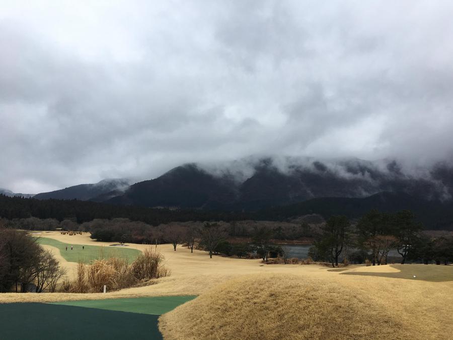 【箱根CC】前日強めの雨が降っていたこともあり靄がかかっていました。