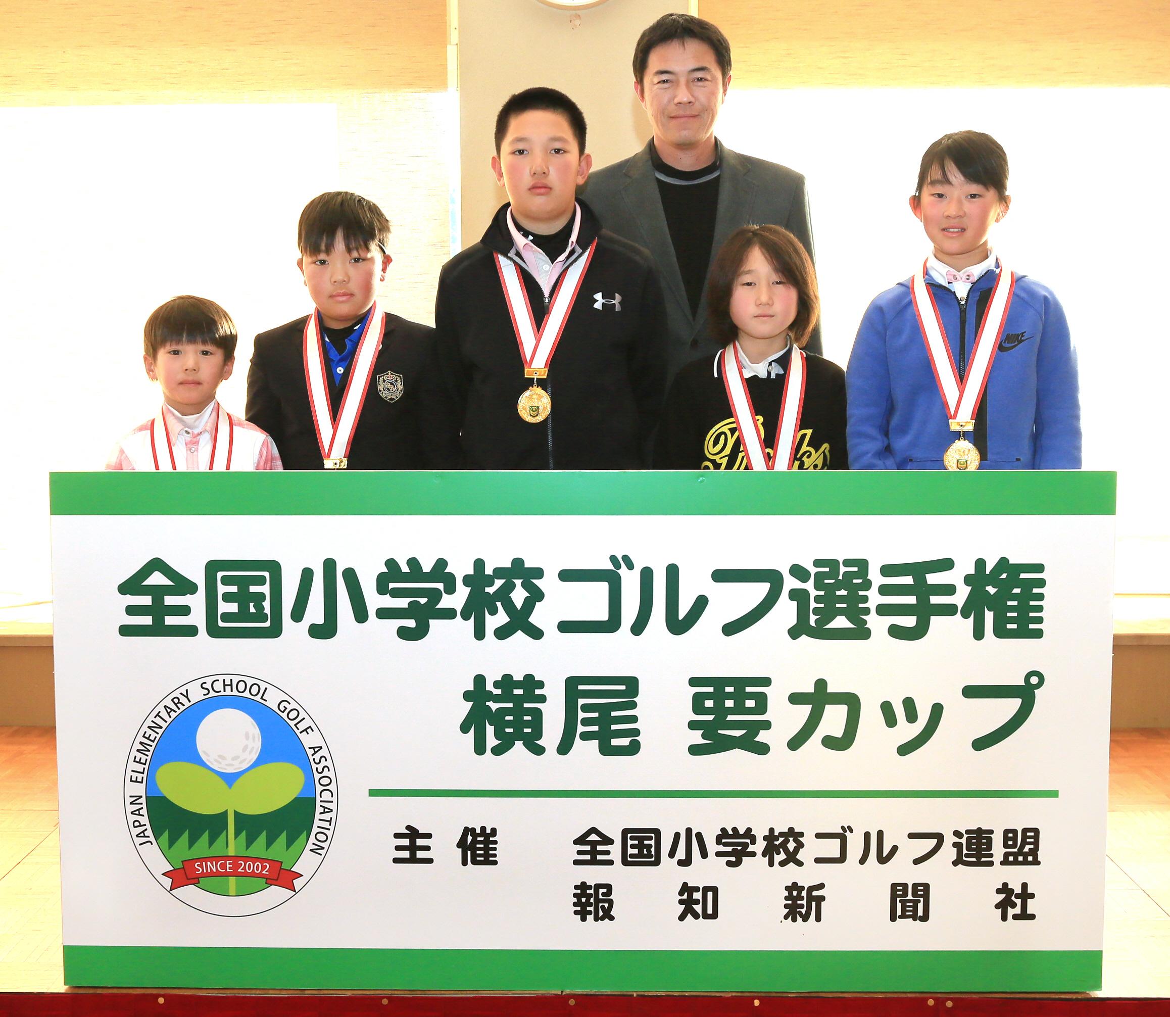 横尾要プロ(左から4人目)を囲み、笑顔を見せる各部門の優勝者たち(左から=小林麟太郎くん、細谷幹くん、小林大河くん、川畑優菜さん、阿部未来さん)