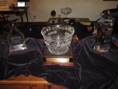 ホールインワン賞などのカップも飾られていました
