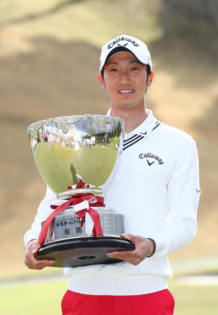 ツアー初優勝を果たし、優勝カップを手に笑顔の重永亜斗夢