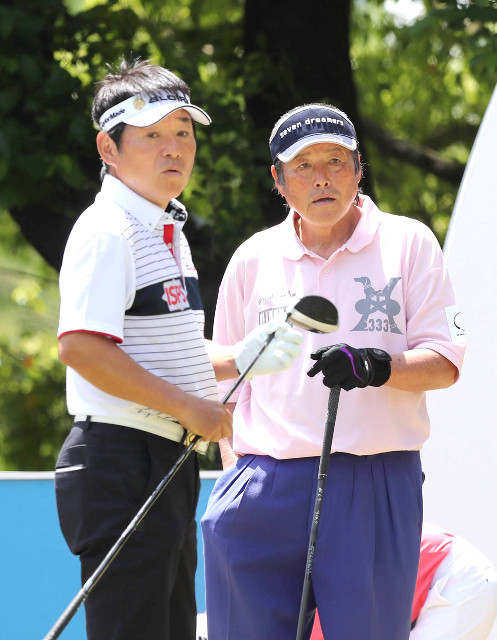 同組でスタートする尾崎将司(右)と直道兄弟