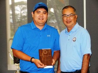 ミッドアマチュアの部の優勝者、ショーン・サコダ(左)とHSGA会長のJ・ヒナズミ