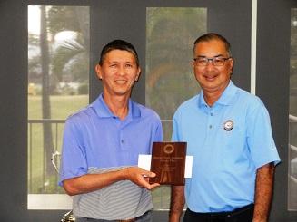 男子シニアの部優勝のマイク・カワテ(左)とHSGA会長のJ・ヒナズミ