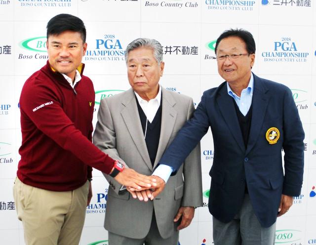 前日会見に出席した昨年覇者の宮里優作(左)中央は房総CC・山村章夫社長、右は日本プロゴルフ協会・倉本昌弘会長