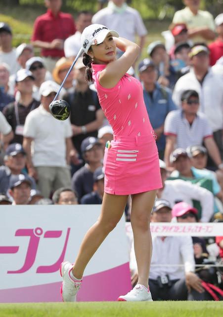 ピンクのミニスカート姿で1番でティーショットを放つアン・シネ
