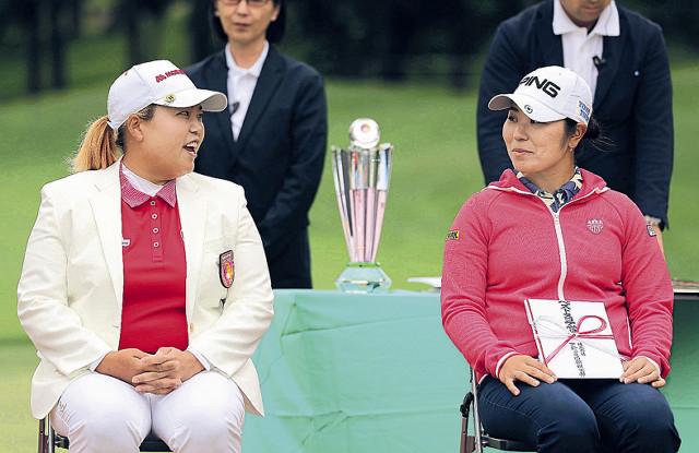 優勝したアン・ソンジュ(左)と4位の比嘉真美子は表彰式で笑顔を見せる