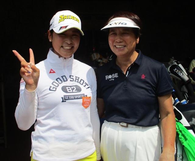 樋口久子顧問とプロアマ戦でラウンドしたホステスプロの田村亜矢(左)