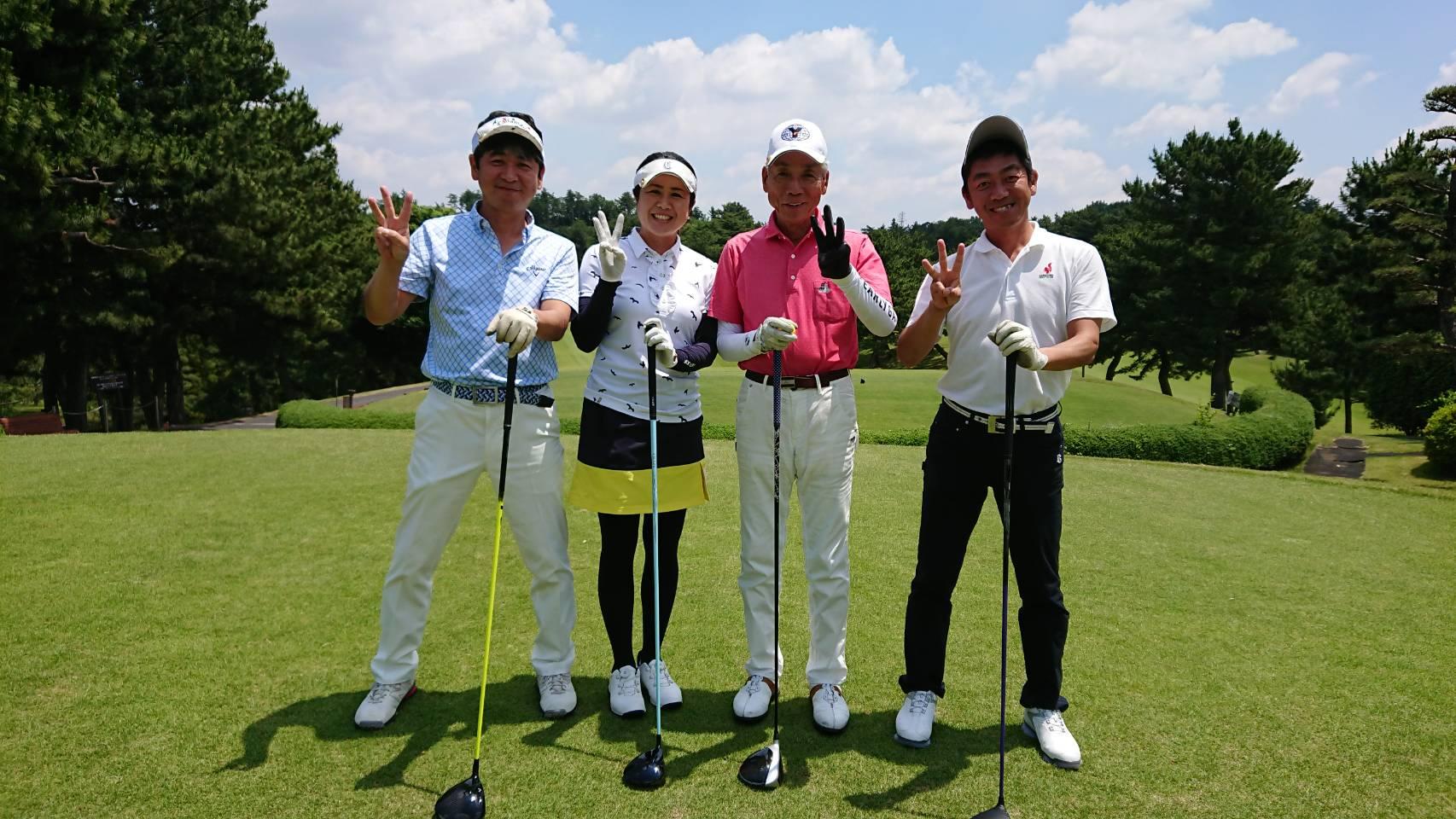 300回を達成した田中菊雄さん(右から二人目)を囲んで(左から)秀樹さん、浪崎プロ、伸一さん