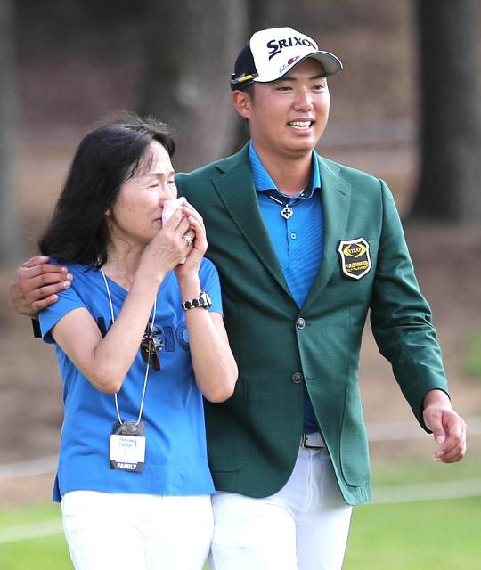 初優勝を決め、涙を見せる母・とも子さん(左)の肩を抱き寄せる出水田大二郎