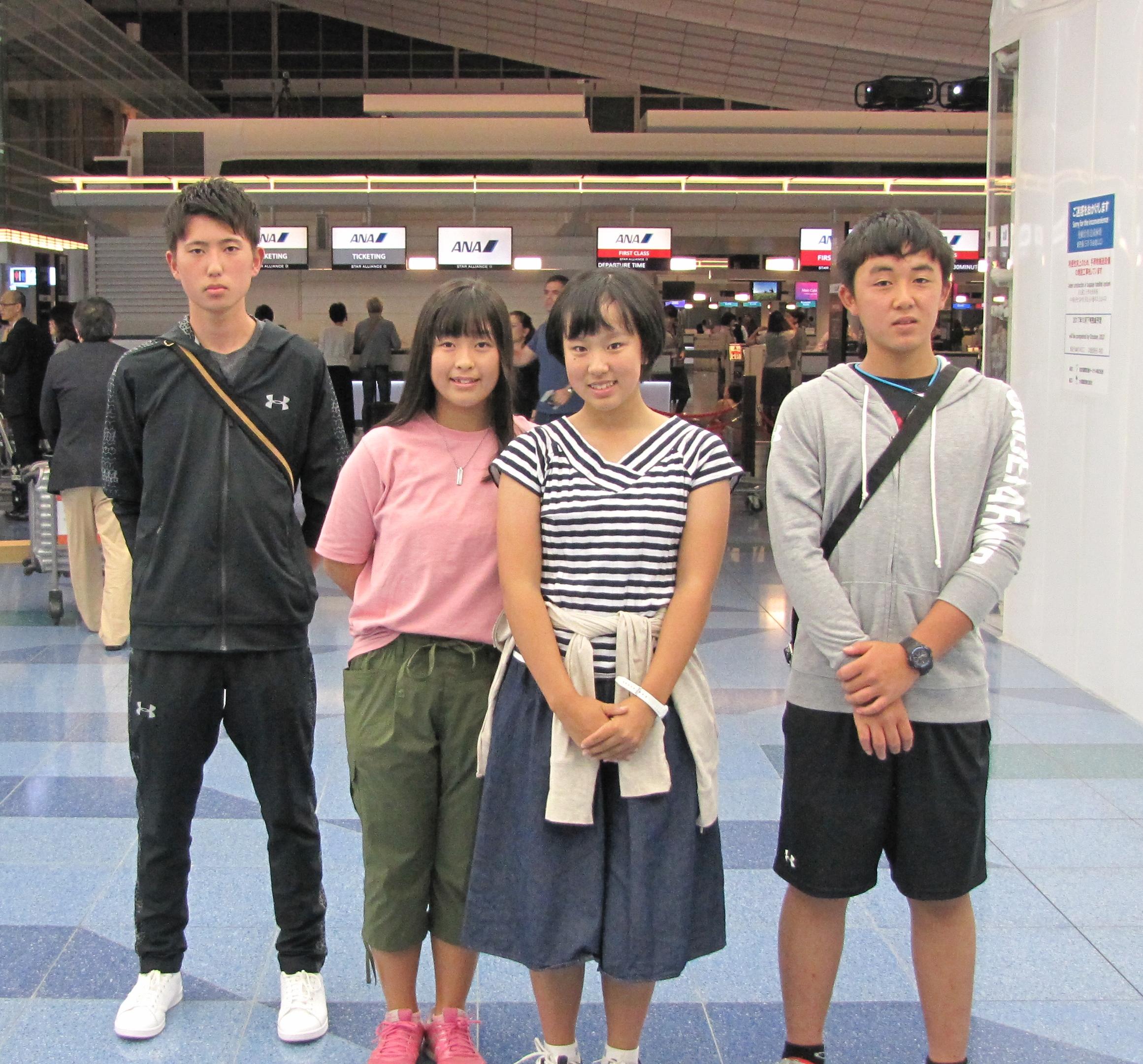 羽田空港ANA便で出発(左から梅津慶士くん、西郷真央さん、榎本杏果さん、小屋将一郎くん)