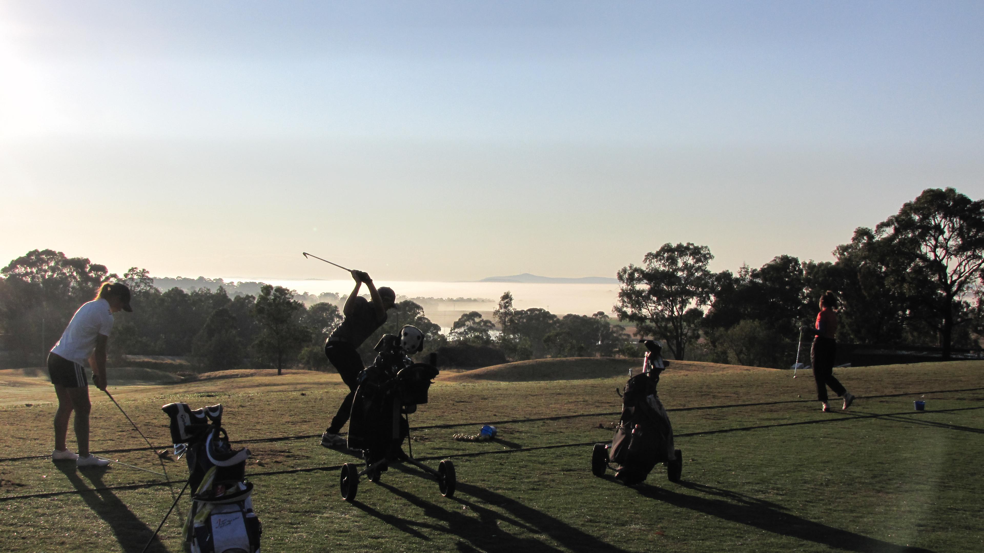 早朝の練習風景。寒暖の差から霧が発生。雲の上から練習しているようで幻想的