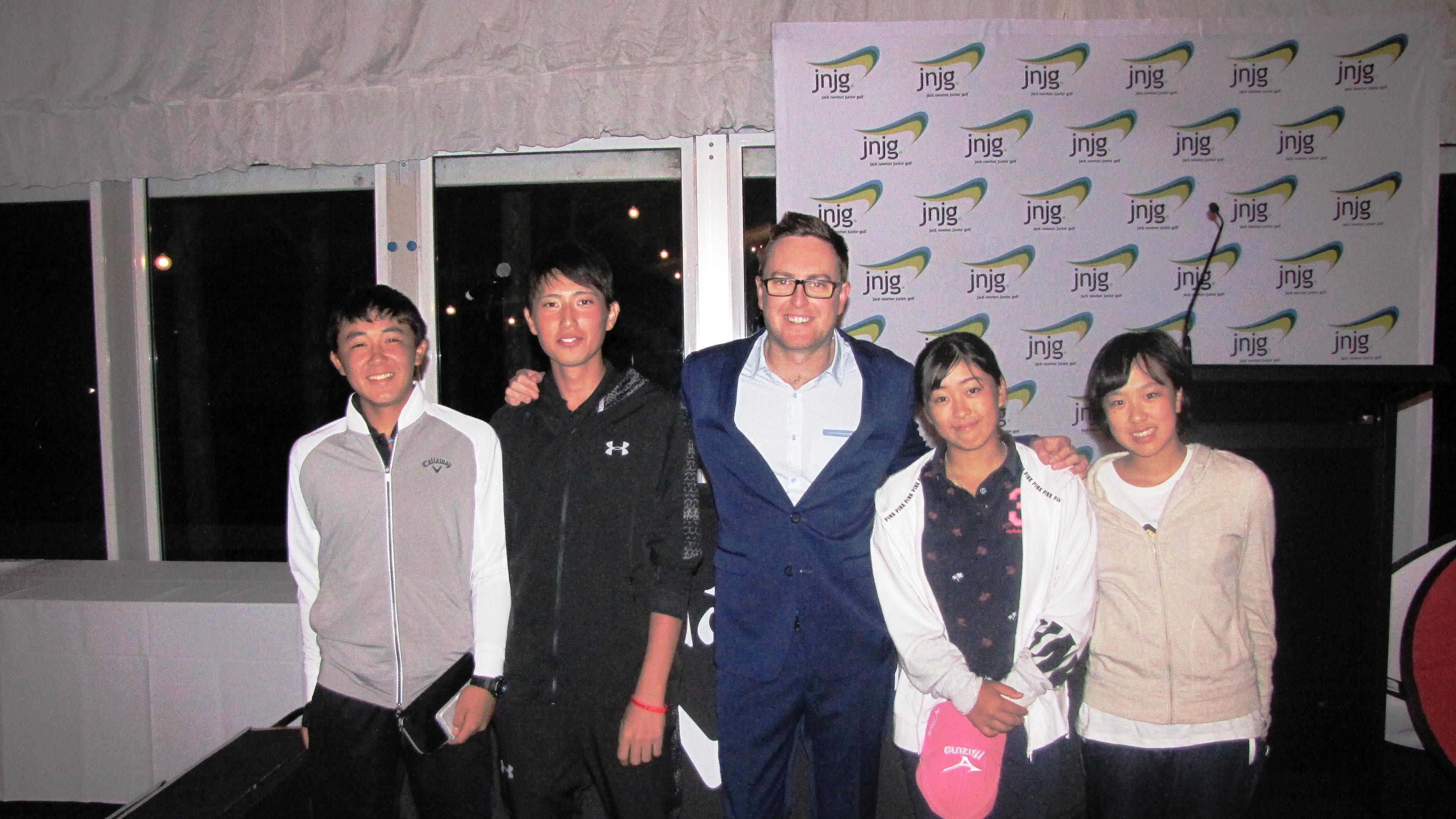 今大会の総責任者、デールさんを囲んで笑顔の日本選手(小屋君、梅津君、デールさん、西郷さん、榎本さん)