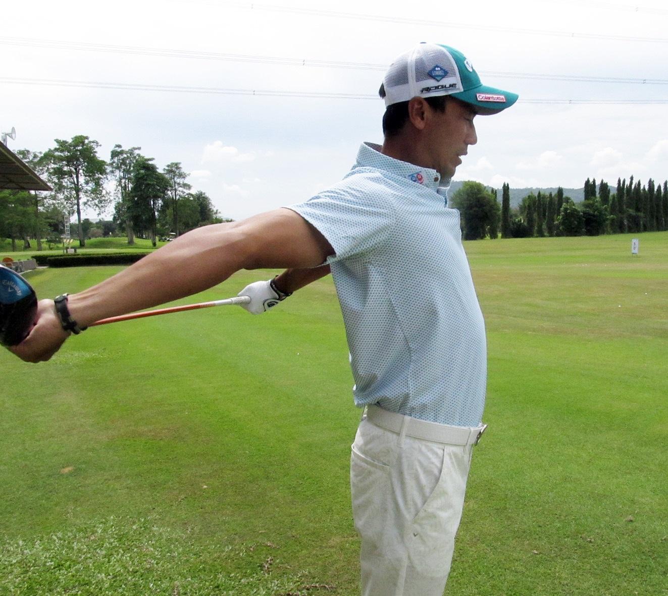 頭の上を通して、体の後ろ側に移動させると肩甲骨が左右に寄るのが分かる