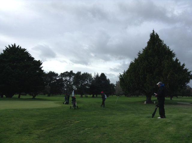 雨だろうが、嵐だろうが、お父さんお母さん達も一緒にコースを歩いて子供達を応援します。ジュニアゴルファーを支える親のこの熱意に感謝ですね。