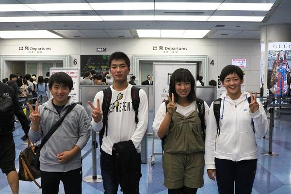 羽田空港に集合し出発する選手達(左から関根東馬くん、長野京介くん、榎本杏果さん、岩井明愛さん)