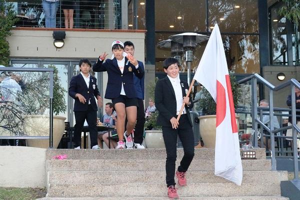 開会式で国旗を掲げ入場する選手たち