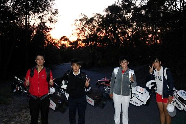 朝焼けを背に早朝5時に宿舎を出る選手たち