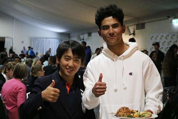 表彰式後のディナーパーティーで同じテーブルについたニュージーランド選手と仲良くする関根くん
