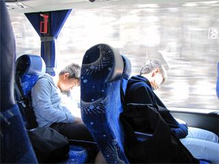 移動中の車中で熟睡する男子選手